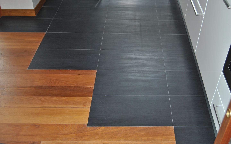 Pavimento misto in legno di teak burma e piastrelle in ceramica