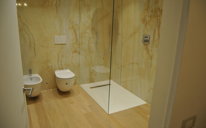 Pavimento in legno di rovere e parete in lastre di gres levigato effetto marmo  Maripav  Vesti ...